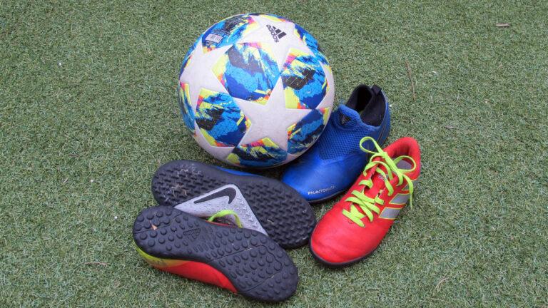 ¿Qué tipo de bota es la adecuada para jugar en césped artificial?
