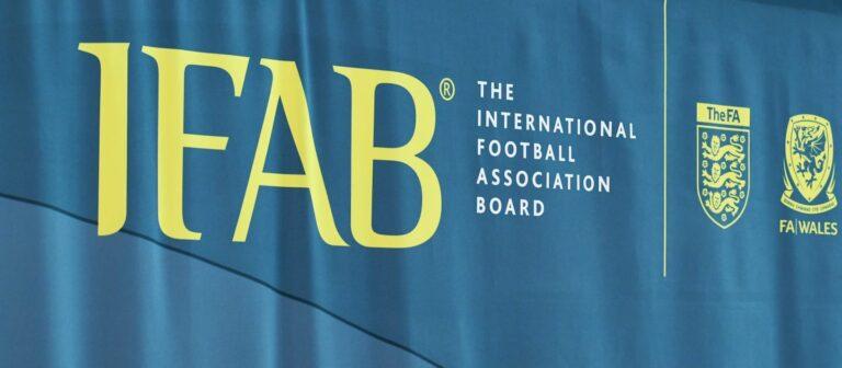 El IFAB aprueba iniciar ensayos para incluir las sustituciones por conmoción cerebral